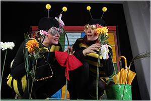 Slika predstave Čebelica Debelica, otroškega gledališča KU-KUC